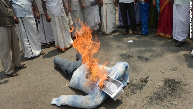 Fishermen burn an effigy of PM Manmohan Singh in Kerala, March 13, 2013, against government's handling of the Italian Marines.