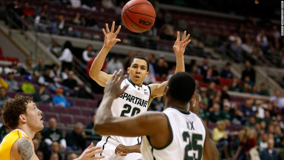 Travis Trice of the Michigan State Spartans passes the ball to Derrick Nix on March 21 against the Valparaiso Crusaders in Auburn Hills, Michigan.