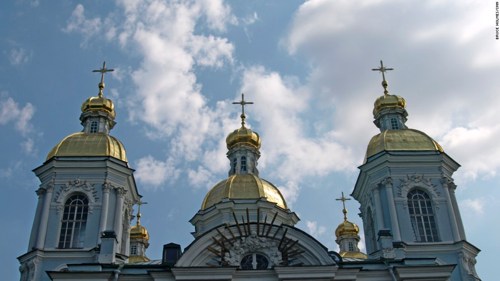 St. Nicholas Naval Cathedral contains memorials to lost seamen and naval heroes, including those who died when the nuclear submarine Komsomolets sank in 1989. The interior portrays important episodes in Russian naval history.