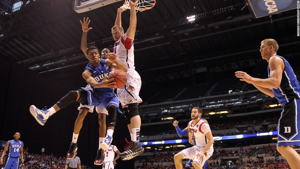 Quinn Cook of Duke, left, passes the ball to teammate Mason Plumlee.