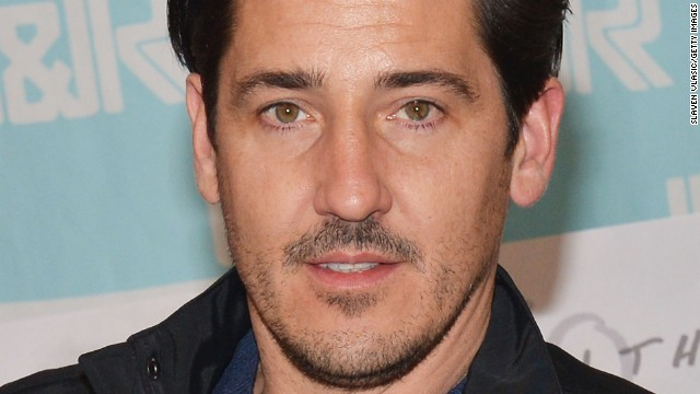 Jonathan Knight was reportedly texting on his phone during the performance.
