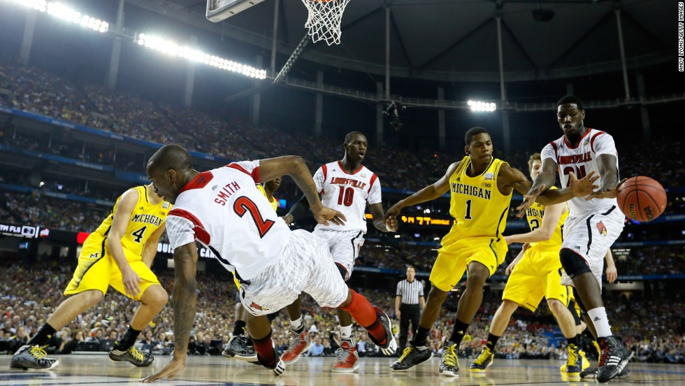 Montrezl Harrell of Louisville, right, reaches for the ball against Glenn Robinson III, second right, of Michigan.