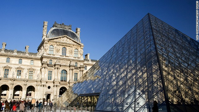 Gangs of pickpockets have been targeting staff and visitors at the Louvre, museum staff say.