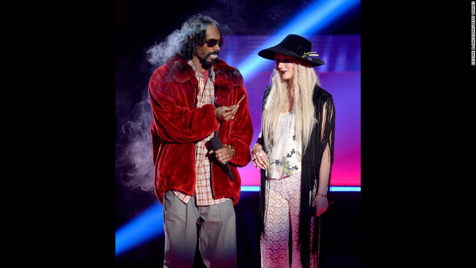 Snoop Lion and Ke$ha -- puff, puff -- pass something around before introducing Macklemore & Ryan Lewis.
