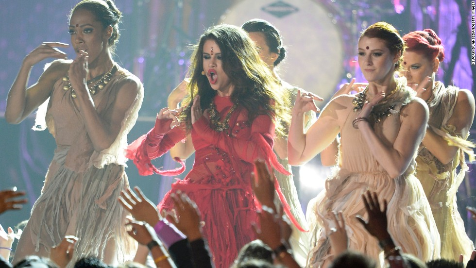 """Selena Gomez invites the audience to """"Come and Get It"""" as she performs her new single."""