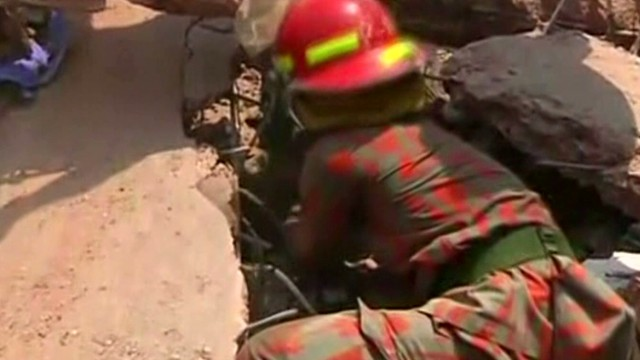 Rush to aid building collapse survivors