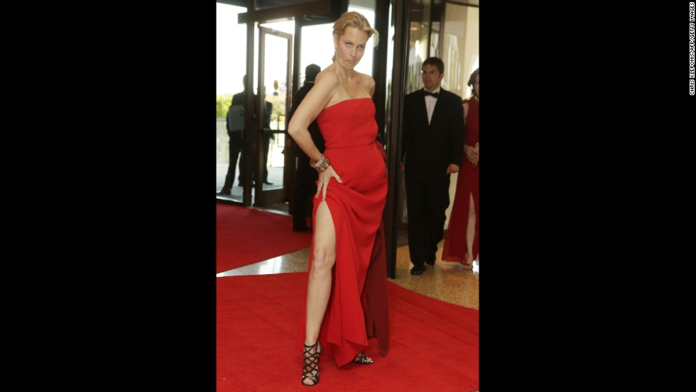 "Actress Ali Wentworth, from ""Cougar Town,"" strikes a distinctive pose on the red carpet."
