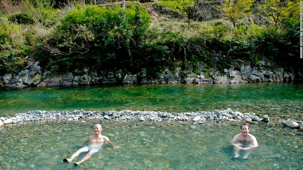 If the indoor onsens and the half-outdoor onsens fail to satisfy, the public onsen pool in the river of Kawayu Onsen may be the place for you. Visitors are supposed to wear at least a bathing suit in the public onsen but you must go nude in the guesthouse ones.