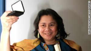Cecilia Flores-Oebanda, of the Visayan Forum Foundation, receives the 2005 Anti-Slavery Award.