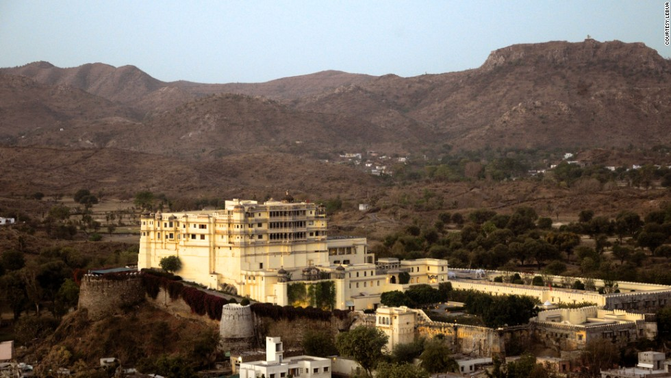 The picturesque Devi Garh by lebua, roughly 30 kilometers from the city of Udaipur, was royal residence to the rulers of Delwara principality from the 18th until the mid-20th century.