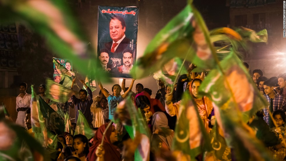 Supporters of former PM Nawaz Sharif turned out for one final rally in Lahore ahead of Pakistan's parliamentary elections on May 11. It's the first time in the country's history that an elected government will take over from another elected administration.