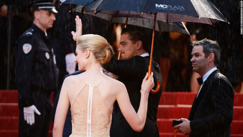 "Elizabeth Debicki and Leonardo DiCaprio arrive at ""The Great Gatsby"" premiere."