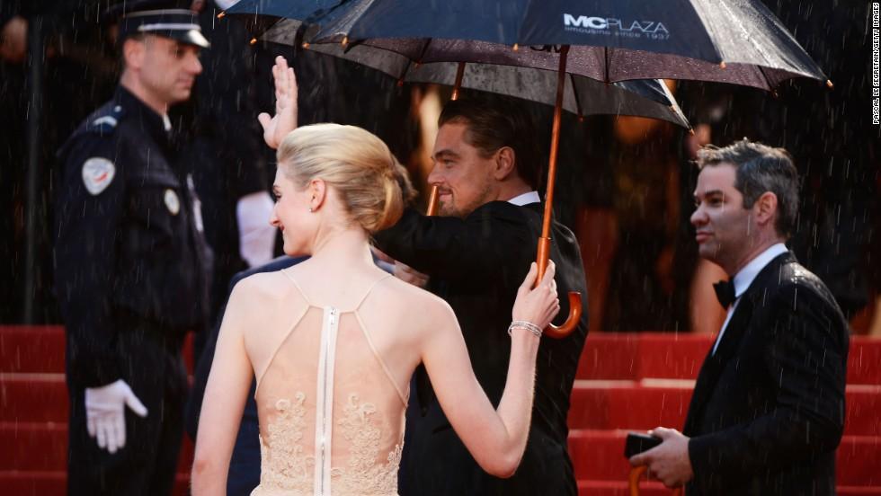 "Elizabeth Debicki and Leonardo DiCaprio arrive at ""The Great Gatsby"" premiere."