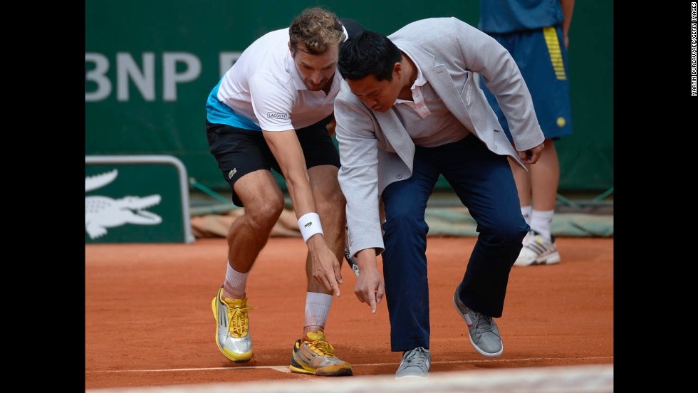 France's Julien Benneteau argues with a referee about a line call during his first round match against Lithuania's Ricardas Berankis on May 27. Benneteau defeated Berankis 7-6(5), 6-3, 5-7, 7-6(5).