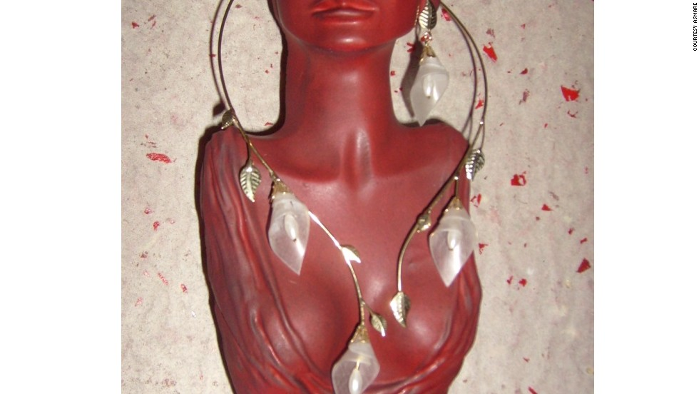 ASMARE is a collective of some 200 <em>catadores</em> who collect and separate recyclable materials. Many transform the items they find into jewelry or works of art before selling them. Here a necklace and earring combo have been fashioned from disused lighting and wire.