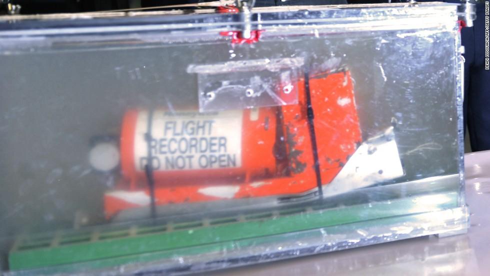 La caja negra del AF447 mostrada durante una rueda de prensa en mayo de 2012.