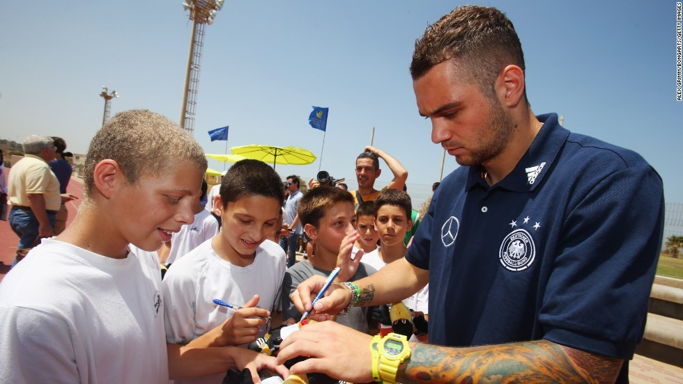 Lasogga signs autographs for local children at the Hadassah Neurim Youth Village  in Netanya.