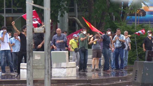 Police, protesters face off in Ankara
