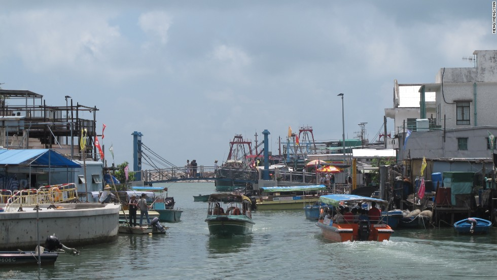 Boat tours become a major source of income at Tai O The boat tour includes visiting a stilt house and catching a glimpse of white dolphins in the bay.