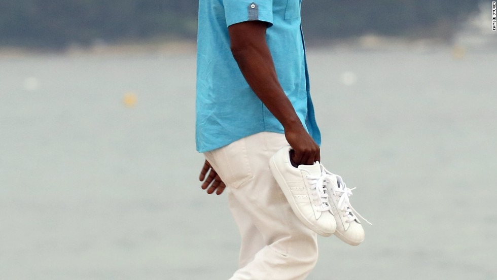 Jamie Foxx takes a shoeless walk along the water in Saint Tropez on July 7.