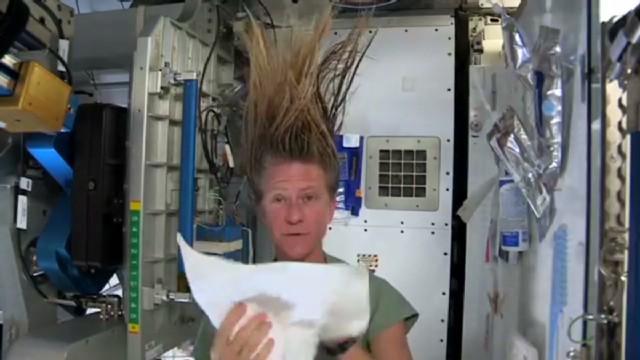 sot wash hair in space_00020509.jpg