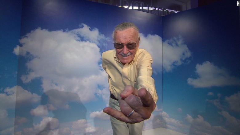 Stan Lee regala un 'Spiderman' a niño con autismo