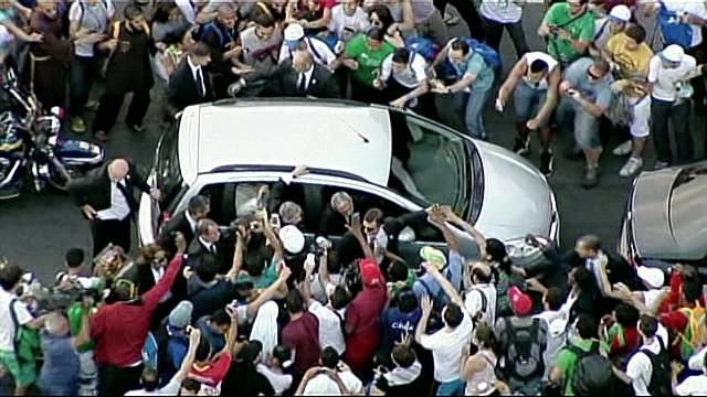 von pope crowds_00001102.jpg