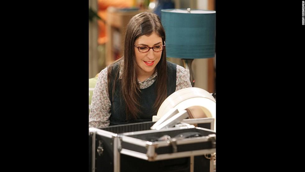 Mayim Bialik interpreta a Amy Farrah Fowler, una científica que está involucrada con Sheldon. Ella también cree que ella es la mejor amiga de Penny.