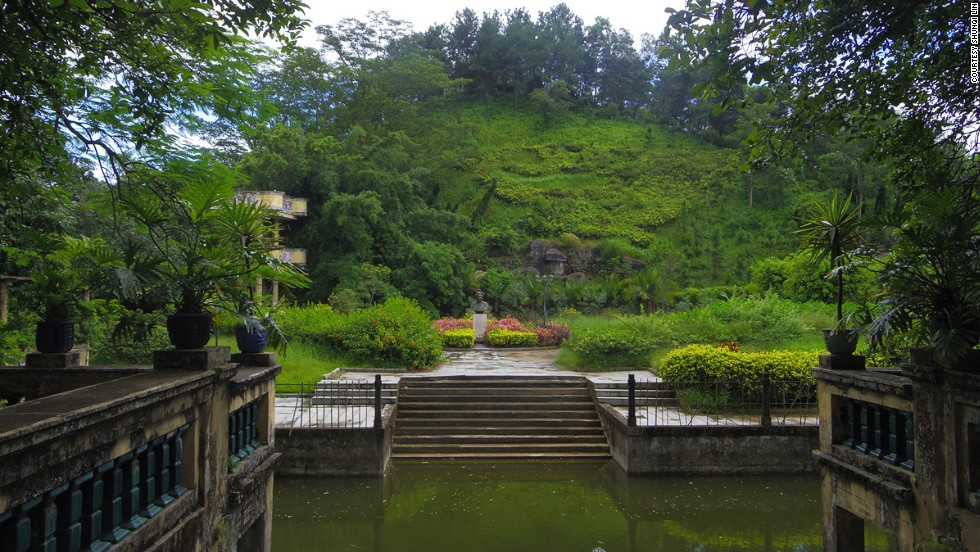 A private canal was built next to Li Garden, connecting to waterways leading to Hong Kong (about 133 kilometers from Kaiping in a direct line). Foreign construction material was brought in via the canal.