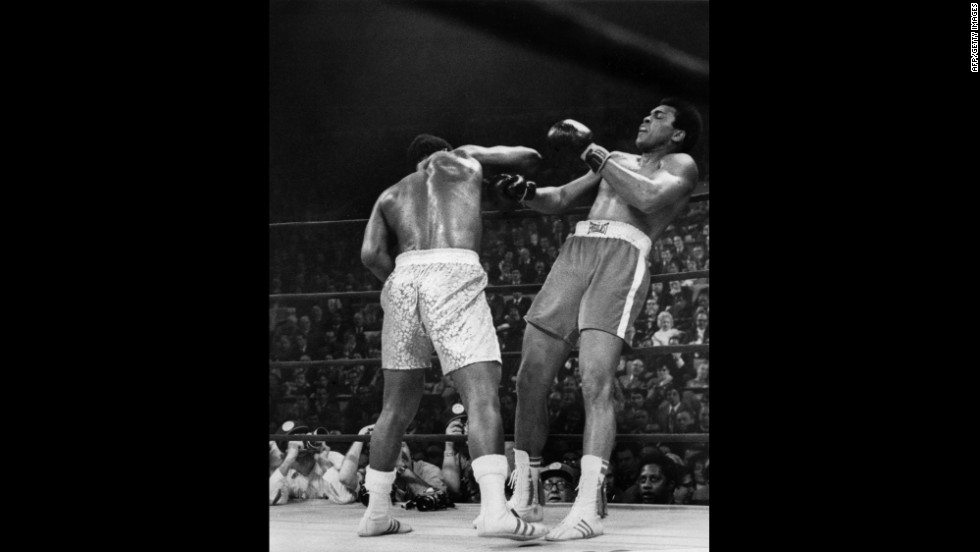 Joe Frazier defeats Muhammad Ali to keep his heavyweight boxing title  in March 1971.
