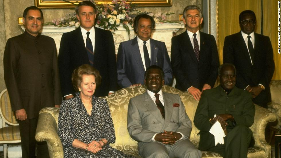 At a Commonwealth of Nations meeting in London in 1986. Back row, from left, Rajiv Gandhi, Brian Mulroney, S.S. Ramphal, Robert Hawke and Mugabe. Front row, from left: Margaret Thatcher, Lynden Pindling and Kenneth Kaunda.