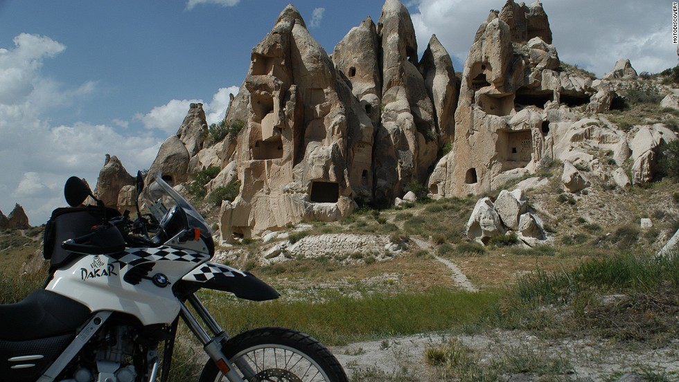 This route of nearly 3,000 kilometers takes in Cappadocia's troglodyte houses, ancient Roman and Byzantine ruins and the beauty of the Black Sea and Taurus Mountains.