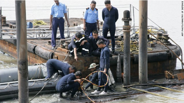 Divers try to reach Indian sub's sailors