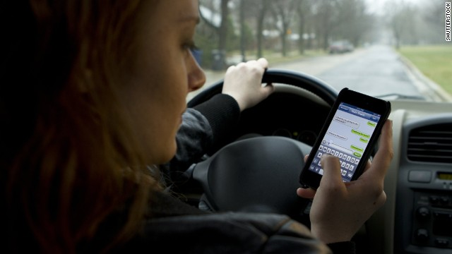 Texting while driving might derail your brain's 'autopilot'