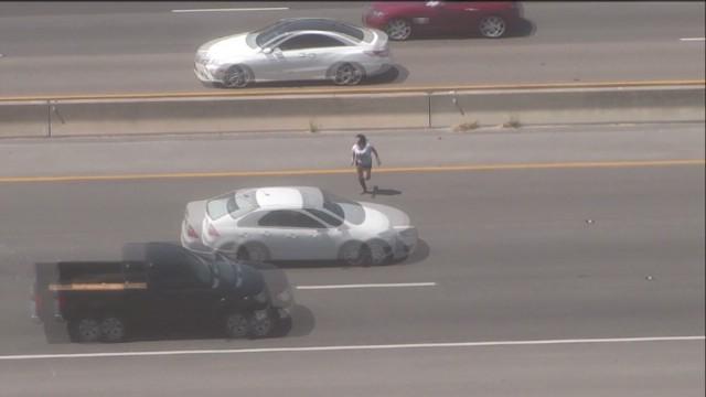pkg alleged shoplifter runs across highway _00000709.jpg