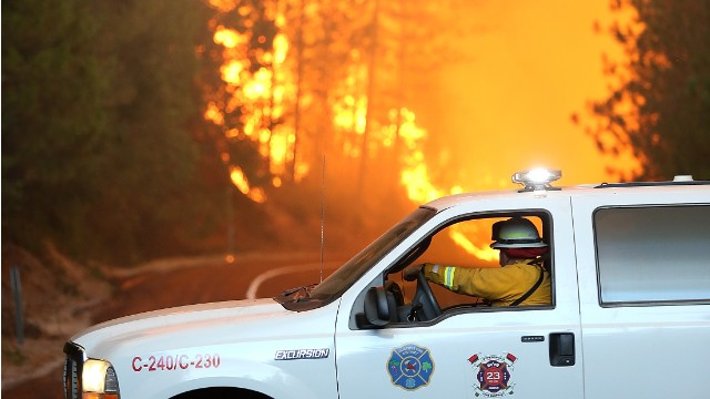 Firefighters battle Yosemite wildfire