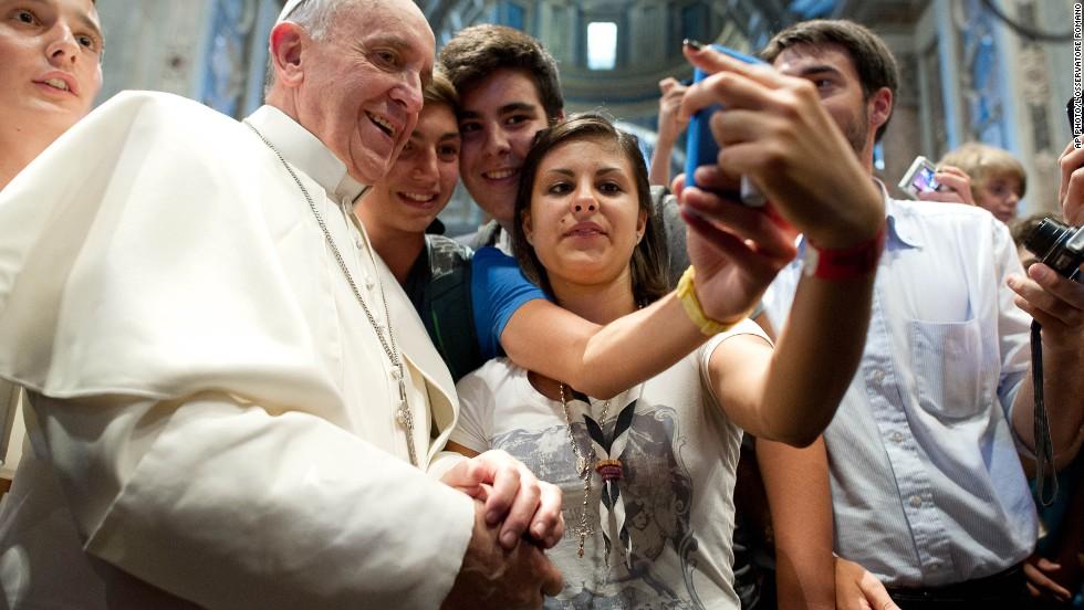 En septiembre pasado, el papa Francisco se tomó la primer 'selfie' papal junto a un grupo de jóvenes peregrinos.