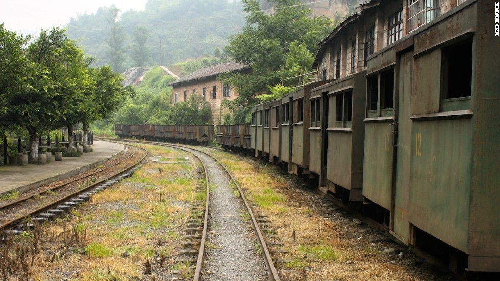 The town's buildings and facilities are all in utter disrepair, but that seems to be what's attracting tourists. Increasing numbers of tourists are arriving on the steam railway. Huangcun Station is the final stop on the old line.