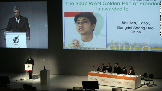 The president of the World Editor Forum, George Brock, announces the Golden Pen for Freedom award to Shi Tao in 2007.