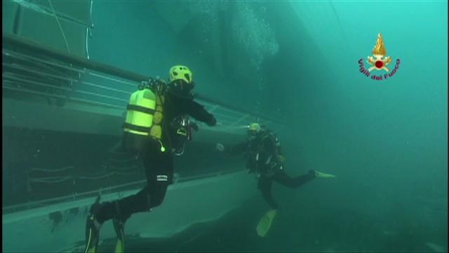 2012: Divers examine Concordia wreckage