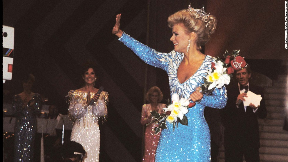 Winner Gretchen Carlson waves to the crowd during the Miss America pageant in 1988 in Atlantic City, New Jersey.