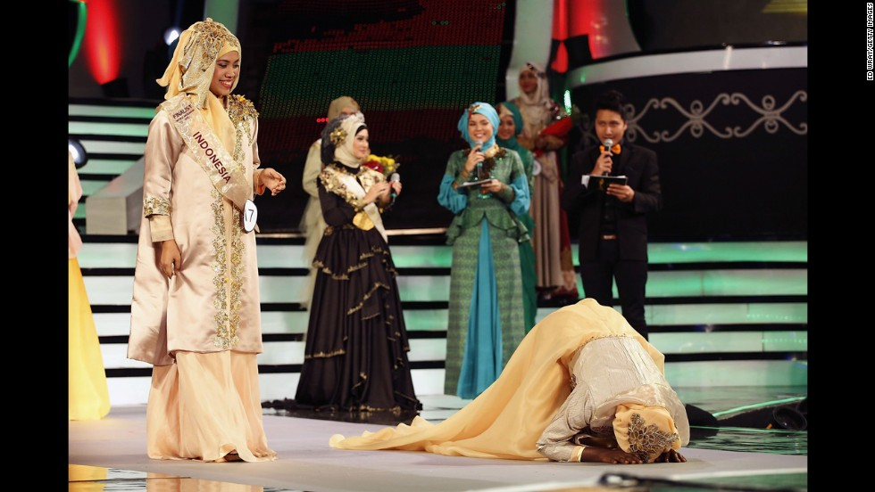 Obabiyi Aishah Aijbola from Nigeria falls to her knees after being named World Muslimah 2013.
