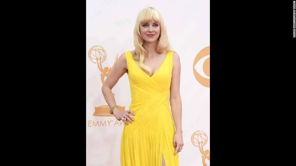 "Anna Faris, star of the new CBS sitcom ""Mom,"" is hard to miss in a bright yellow frock."