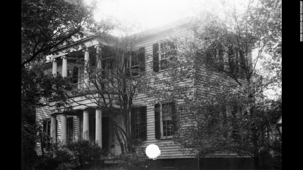 "Mordecai House: Built 1826 in Raleigh, North Carolina. This Greek Revival neoclassical home is said to be visited by a piano-playing descendant of <a href=""http://www.northcarolinaghosts.com/piedmont/mordecai.php"" target=""_blank"">Moses Mordecai</a>."