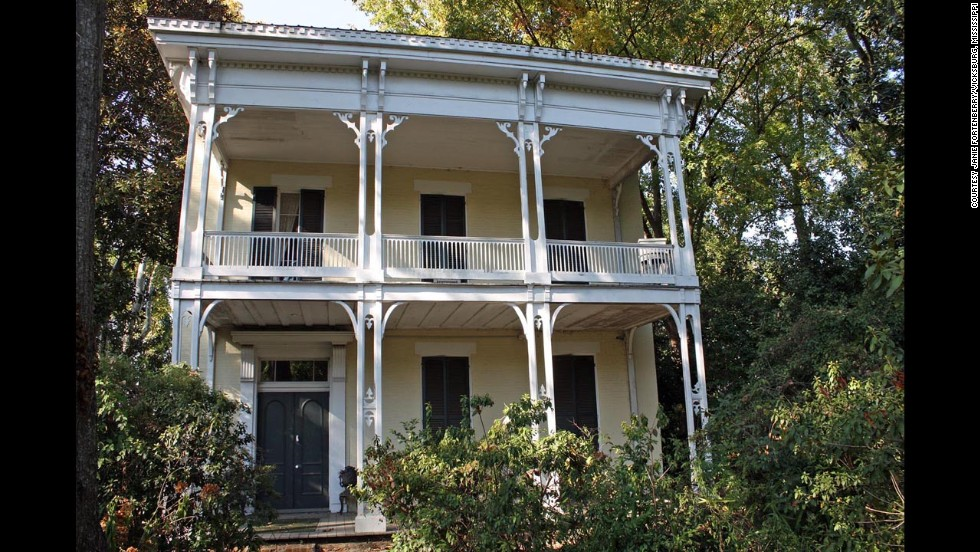 "McRaven house: Built and renovated between 1797 and 1849 in Vicksburg, Mississippi. ""<a href=""http://www.mcraventourhome.com/Ghosts.asp"" target=""_blank"">Ghosts</a>"" have been photographed in this Spanish-style colonial with American Empire and Greek Revival additions."