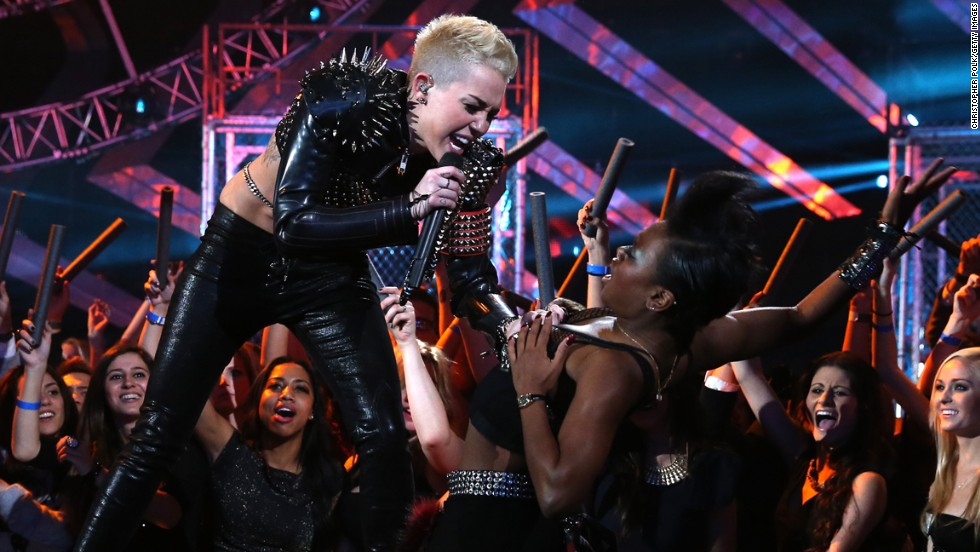 """The crowd cheers Cyrus on at the """"VH1 Divas"""" 2012 at The Shrine Auditorium in Los Angeles, on December 16, 2012."""