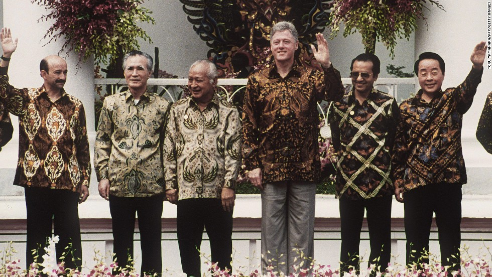 From 2013, we go back in time also to Indonesia, but Bogor instead of Bali, for the second APEC meeting in 1994. Looking not at all stiff in his Javanese batik top, U.S. President Bill Clinton -- who started the funky photo tradition by passing out bomber jackets to participants at the inaugural APEC held near Seattle in 1993 -- stood front and center to celebrate the historic declaration.