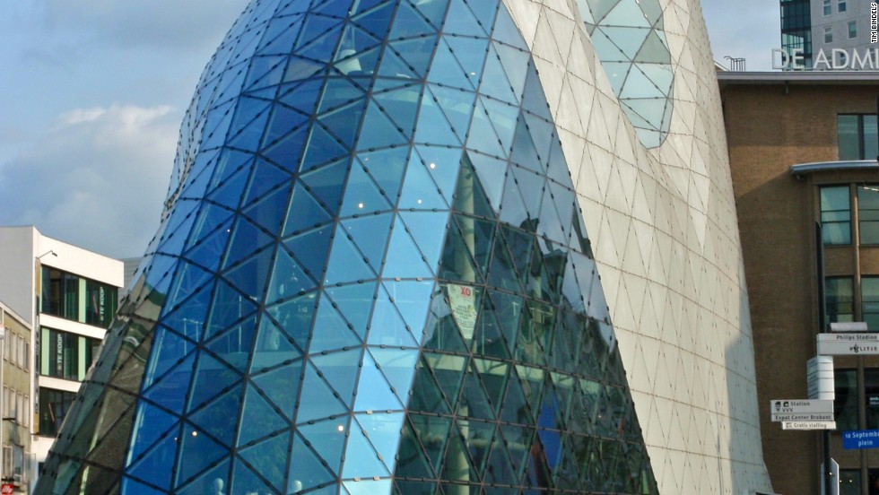 Floor areas vary with this building's flowing shape, going from 950 meters squared on the ground floor to 250 meters squared on the top floor. Reminiscent of an egg, the De Admirant Entrance Building is part of a newly developed retail quarter of Eindhoven.<strong>Architect</strong>: M. Fuksas architetto