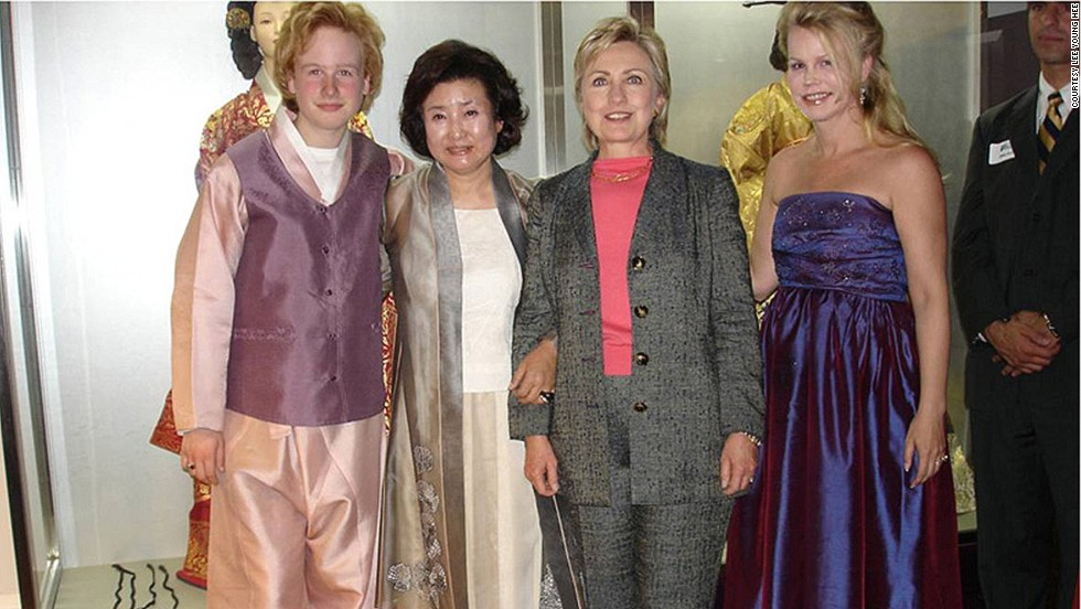 Hanbok designer Lee Young Hee (second from left) has many foreign fans, including Hilary Clinton and the Garfunkels (Art's wife and son).