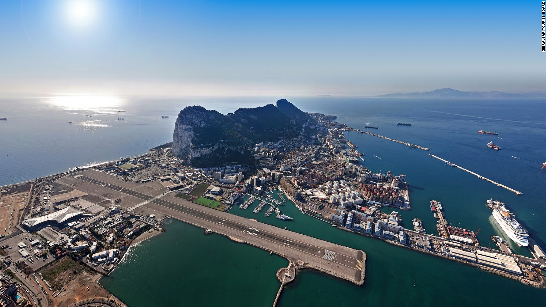 Located just 500 meters from the city center, Gibraltar's airport landing strip shares space with one of the island's main roads. Pedestrians and cars on this British territory need to stop on either side of the runway every time an aircraft takes off or lands, says PrivateFly.